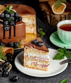 Un pedazo de pastel de chocolate con frutas del bosque