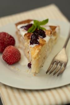 Pedazo de pastel con queso y frutas. pastel de queso cottage hoemmade, pastelería o concepto de panadería.