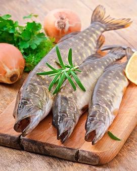 Pedazo de pescado crudo fresco en un tazón