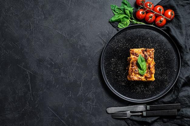 Pedazo de sabrosa lasaña caliente. comida tradicional italiana. espacio para texto