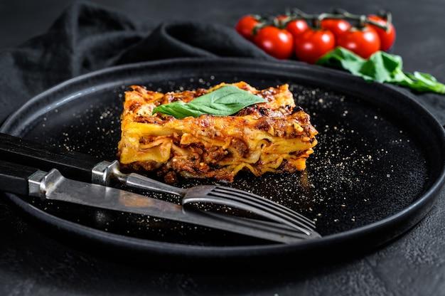 Pedazo de sabrosa lasaña caliente. comida tradicional italiana