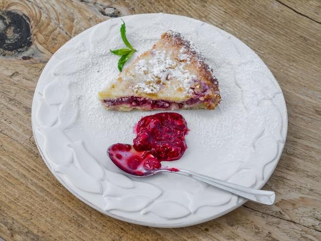 Pedazo de tarta de frambuesa