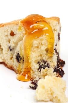 Pedazo de tarta fresca con miel