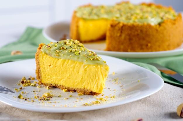Pedazo de tarta de queso de pistacho casera sobre la mesa