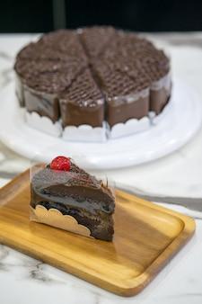 Pedazo de torta de chocolate deliciosa en la placa