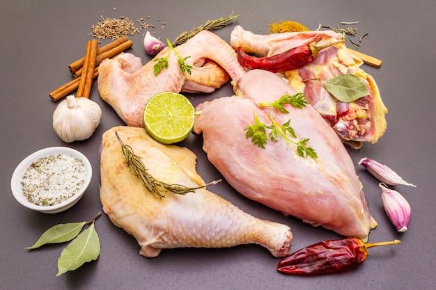 Pedazos crudos frescos de pollo orgánico (bio) de aves de corral.