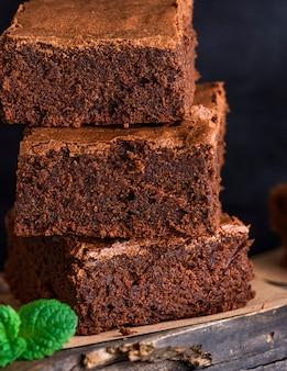 Pedazos cuadrados de brownie al horno se encuentran en una pila