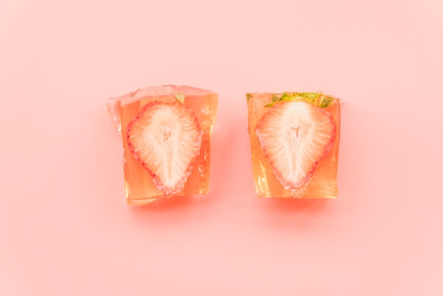 Pedazos de fresa helados