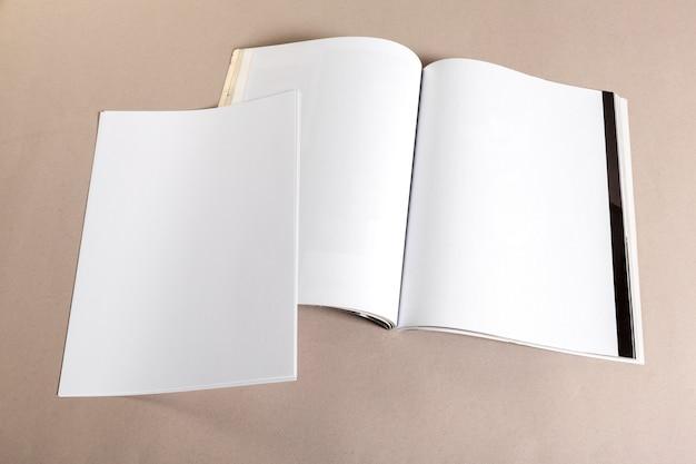 Pedazos de papel en blanco para maqueta en color beige.
