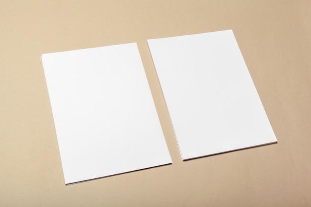Pedazos de papel en blanco