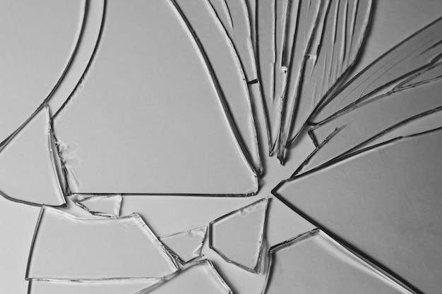 Los pedazos de pila de vidrio roto de textura y fondo aislado en blanco, efecto de ventana agrietada condición de emergencia.