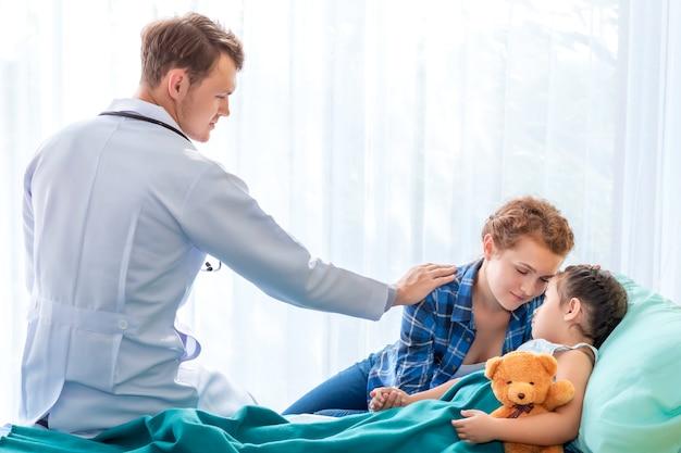 Pediatra (médico) tranquilizar y discutir niña paciente y su madre en el hospital de la habitación.