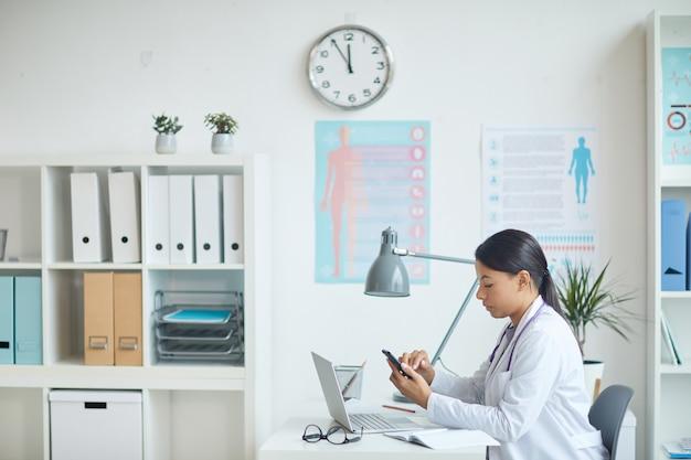 Pediatra sentada en su consultorio