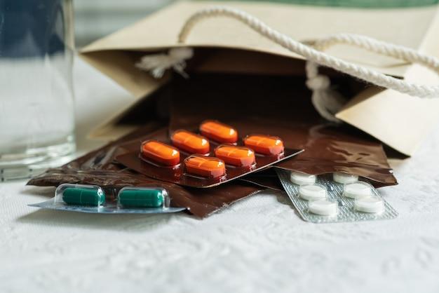 Pedido de prescripción del médico con medicamentos, medicamento en bolsas plásticas con cremallera para el paciente