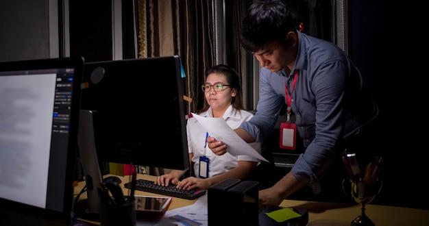 Pedidos de la empresa deje que los empleados trabajen en casa. mujer asiática trabaja en casa debido a un brote del virus covid-19.
