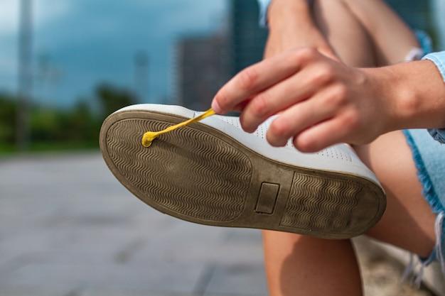 Pegar chicle en el calzado