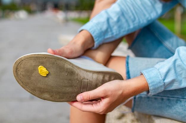 Pegar chicle en el zapato