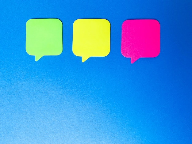 Pegatinas de colores en blanco para notas, lugar para texto