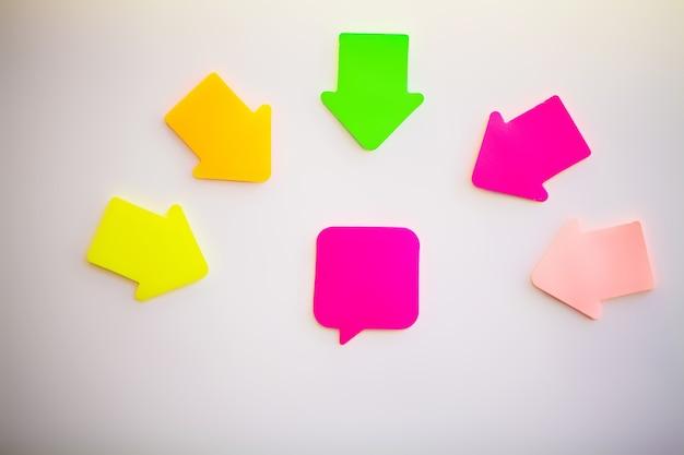 Pegatinas de colores en la pared blanca. espacio vacío para texto.