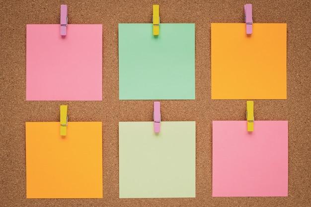 Pegatinas de colores en el tablero de corcho. concepto de planificación.