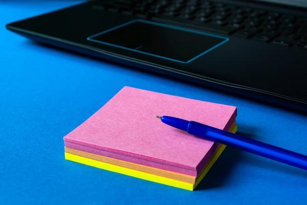 Pegatinas para notas cerca de la computadora portátil