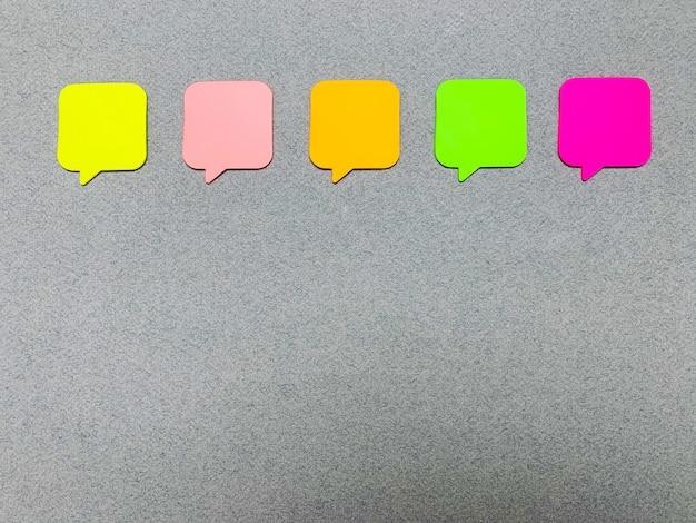 Pegatinas en la pared gris con espacio vacío para texto