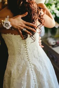 El peinado de una mujer el día de su boda.