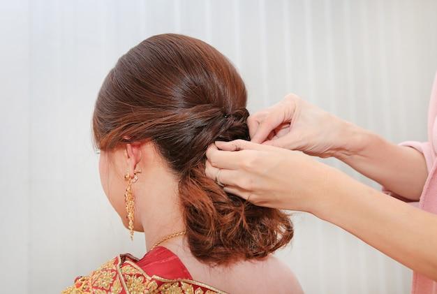 Peinado nupcial tailandés de la boda.