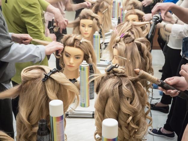 Peinados de entrenamiento en el maniquí.