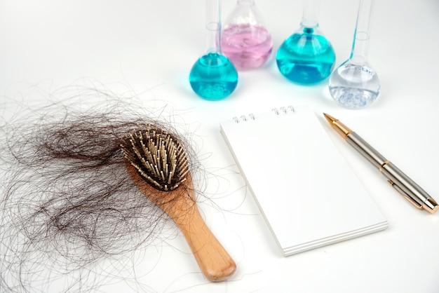 Peine para la caída del cabello fondo desenfocado prueba científica tubenotebookpen resuelve los problemas de la caída del cabello con la ciencia