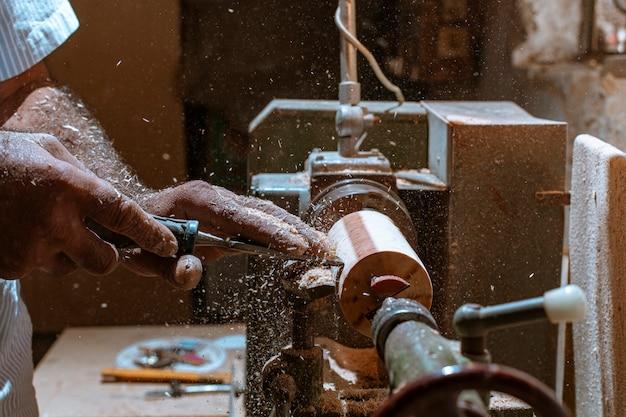 Pelar artesanías de madera en la maquinaria.