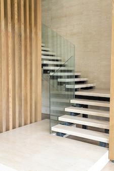 Peldaño de escalera beige en diseño loft