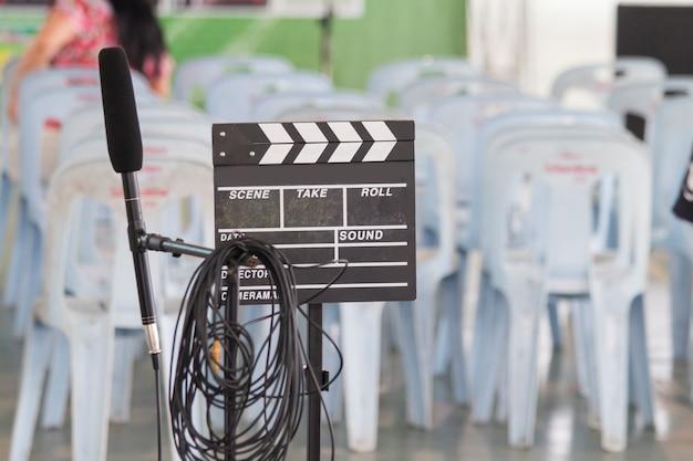 Película, cámara, pizarra, micrófono.