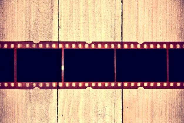 Película fotográfica sobre fondo de madera.