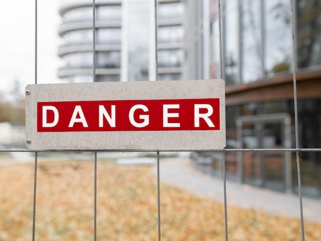 El peligro de inscripción en el letrero en la valla
