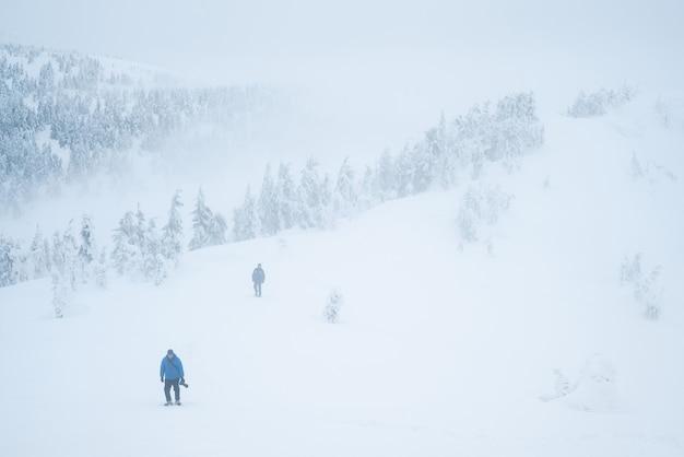Peligro de montañas invernales. turistas perdidos en la niebla. mal tiempo con poca visibilidad.