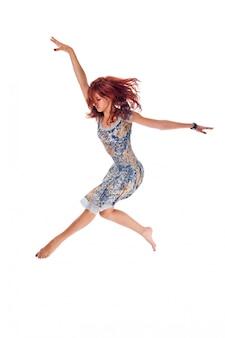 Pelirroja bailarina en blanco