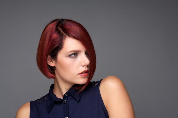 Pelirroja, mujer joven, con, moderno, peinado