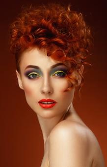 Pelirrojo. hermosa chica con maquillaje brillante