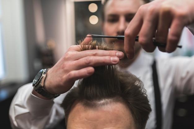 Pelo de corte de peluquería borrosa del cliente