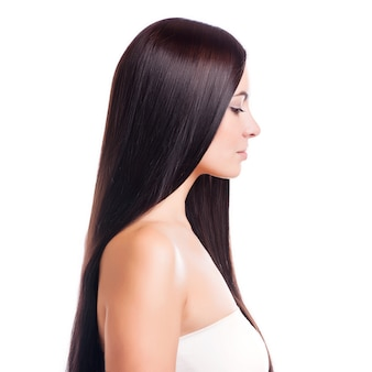 Pelo marrón. hermosa mujer con pelo largo y recto.