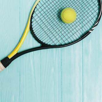 Pelota amarilla, acostado, en, tenis, raqueta