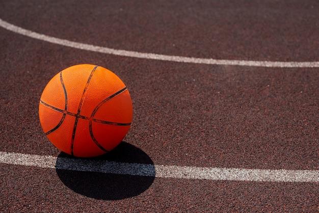 Pelota de baloncesto en el campo deportivo