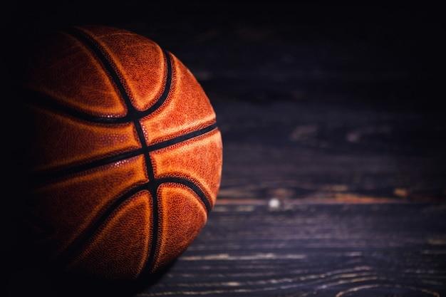 Pelota de baloncesto en el espacio de madera.