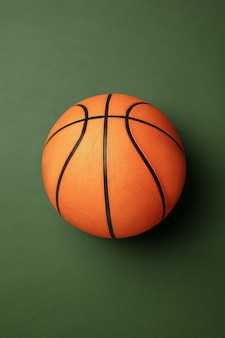Pelota de baloncesto naranja-braun brillante. equipamiento deportivo profesional aislado sobre fondo verde.