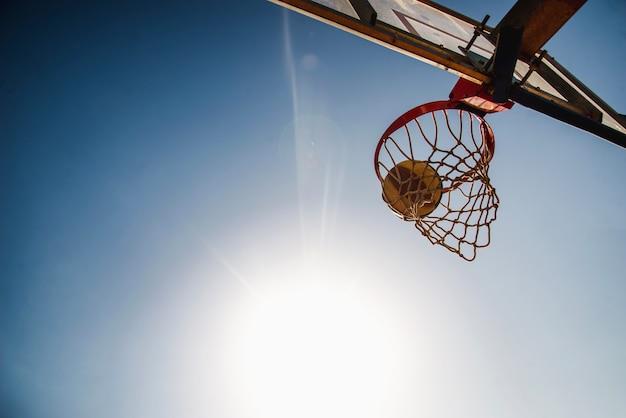 Pelota de baloncesto y respaldo