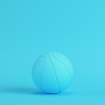 Pelota de baloncesto sobre fondo azul brillante