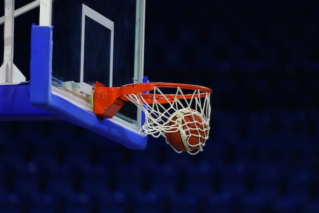 Una pelota de baloncesto vuela al ring. en el fondo de un complejo deportivo