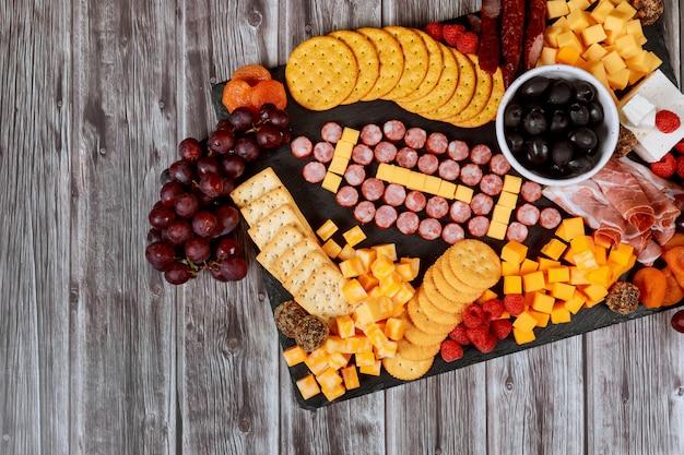 Pelota de fútbol hecha de queso y salchichas para charcutería