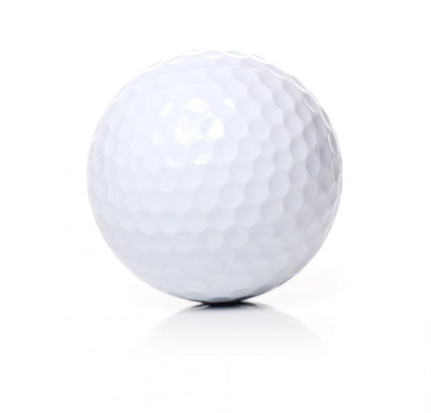Pelota de golf en blanco